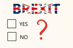 Concepto del referéndum de Brexit - un papel con los checkboxes para votar sí o no e inscripción de Brexit en la bandera británic fotos de archivo libres de regalías