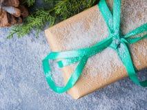 Concepto del regalo del árbol del Año Nuevo de la Navidad Imagen de archivo libre de regalías