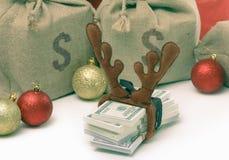 Concepto del regalo de la Navidad con el dinero aislado en blanco Imagen de archivo libre de regalías