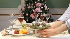 Concepto del restaurante Tabla del banquete del Año Nuevo y de la Feliz Navidad Decoración de la tabla de la celebración Plato de almacen de metraje de vídeo