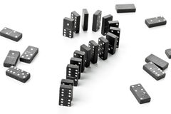 Concepto del riesgo, del desafío o de la incertidumbre - el juego del dominó empiedra la forma Imagen de archivo