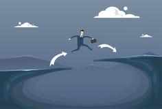 Concepto del riesgo del hombre de negocios de Jump Over Cliff Gap Mountain To Success del hombre de negocios Foto de archivo libre de regalías