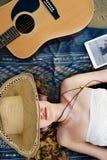 Concepto del ritmo del auricular de la canción de la música de la playa de la guitarra de la muchacha Foto de archivo libre de regalías