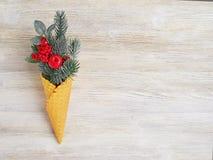 Concepto del ` s del Año Nuevo del cono y de las ramitas artificiales w de la galleta del abeto Imagen de archivo