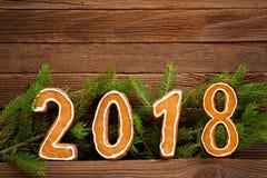 Concepto del `s del Año Nuevo Cuadro 2018 del pan de jengibre, rama del abeto encendido Imagen de archivo libre de regalías