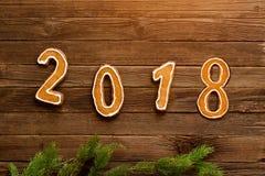 Concepto del `s del Año Nuevo Cuadro 2018 del pan de jengibre, rama del abeto encendido Foto de archivo libre de regalías