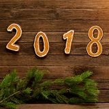 Concepto del `s del Año Nuevo Cuadro 2018 del pan de jengibre, rama del abeto encendido Fotografía de archivo
