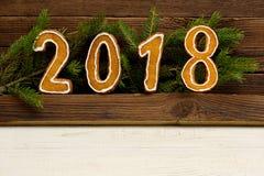 Concepto del `s del Año Nuevo Cuadro 2018 del pan de jengibre, rama del abeto encendido Foto de archivo