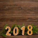 Concepto del `s del Año Nuevo Cuadro 2018 del pan de jengibre, rama del abeto encendido Imagenes de archivo