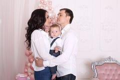 Concepto del ` s del Año Nuevo de la familia La mamá y el papá están deteniendo a su bebé Fotografía de archivo libre de regalías