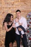 Concepto del ` s del Año Nuevo de la familia La mamá y el papá están deteniendo a su bebé Fotos de archivo libres de regalías