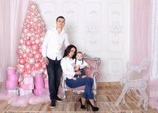 Concepto del ` s del Año Nuevo de la familia La mamá y el papá están deteniendo a su bebé Foto de archivo libre de regalías