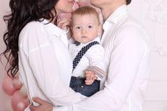 Concepto del ` s del Año Nuevo de la familia La mamá de la mamá y del papá y el papá están deteniendo a su bebé Foto de archivo