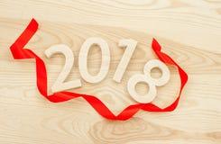 Concepto del `s del Año Nuevo Los cuadros 2018 tallaron de la madera en el backgro Fotos de archivo