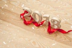 Concepto del `s del Año Nuevo Los cuadros 2018 tallaron de la madera en el backgro Foto de archivo libre de regalías