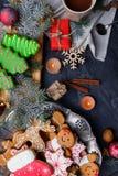 Concepto del ` s del Año Nuevo, opinión superior, sobre las galletas del ` s del Año Nuevo de la tabla, café, cajas de regalo Fotos de archivo