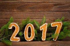 Concepto del `s del Año Nuevo Cuadro 2017 del pan de jengibre, rama del abeto en un fondo de madera Fotografía de archivo
