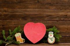 Concepto del `s del Año Nuevo Encajone las galletas del pan de jengibre, la rama del abeto y los panes de jengibre en forma de co Foto de archivo libre de regalías