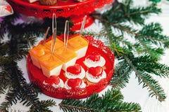 Concepto del `s del Año Nuevo galletas en forma de corazón, fondo blanco Imagen de archivo libre de regalías
