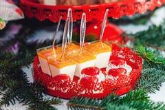 Concepto del `s del Año Nuevo galletas en forma de corazón, fondo blanco Foto de archivo libre de regalías