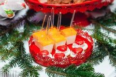 Concepto del `s del Año Nuevo galletas en forma de corazón, fondo blanco Imágenes de archivo libres de regalías