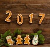 Concepto del `s del Año Nuevo La figura en 2017 y rama del abeto del pan de jengibre Fotografía de archivo