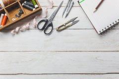 Concepto del sastre de los accesorios Las herramientas del sastre están cortando scis Fotografía de archivo
