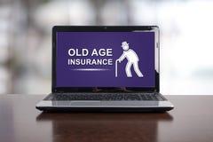 Concepto del seguro de la edad avanzada en un ordenador portátil fotos de archivo