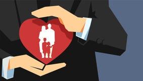 Concepto del seguro de la vida familiar Dos manos que llevan a cabo la protección del corazón con la familia dentro libre illustration