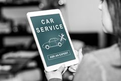 Concepto del servicio del coche en una tableta imagenes de archivo