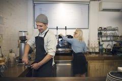 Concepto del servicio de café del café del vapor de las personas cualificadas de Barrista imagen de archivo libre de regalías