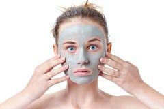 Concepto del skincare del adolescente Muchacha adolescente joven con la máscara facial secada de la arcilla que hace la cara dive Fotos de archivo