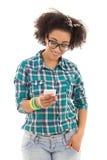 Concepto del SMS - adolescente afroamericano hermoso con mobil Foto de archivo libre de regalías