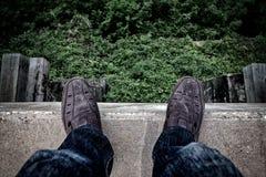 Concepto del suicidio , Hombre joven deprimido que mira abajo el suyo el zapato a Fotos de archivo