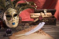 Concepto del teatro Todavía del vintage la vida con la canilla y la voluta cerca enmascaran, pecho y los vidrios viejos en fondo  Imagen de archivo libre de regalías