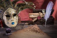 Concepto del teatro Todavía del vintage la vida con la canilla y la voluta cerca enmascaran, pecho y los vidrios viejos en fondo  Fotografía de archivo