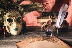 Concepto del teatro Todavía del vintage la vida con la canilla y la voluta cerca enmascaran, pecho y los vidrios viejos en fondo  Fotografía de archivo libre de regalías
