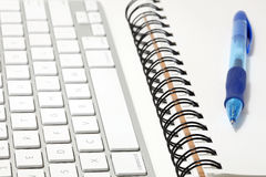 Concepto del teclado y del sketchbook Fotografía de archivo
