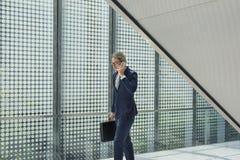 Concepto del teléfono de Working Connecting Smart del hombre de negocios Imagen de archivo
