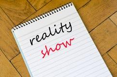 Concepto del texto del reality show en el cuaderno Imágenes de archivo libres de regalías