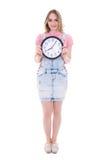 Concepto del tiempo - adolescente feliz con el reloj de la oficina aislado encendido Imagenes de archivo