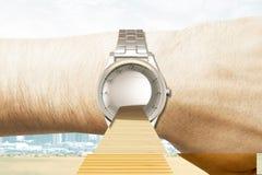 Concepto del tiempo de viaje con el camino a los relojes en el fondo de la ciudad Fotos de archivo libres de regalías