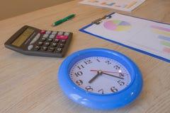 Concepto del tiempo del negocio, calculadora en cartas financieras y gráficos, collage con el reloj Fotografía de archivo libre de regalías