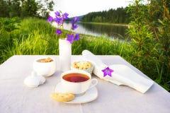 Concepto del tiempo del té del verano con las campanas azules Fotos de archivo libres de regalías