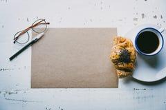 Concepto del trabajo creativo Hoja en blanco del arte de la maqueta del papel, de la pluma, de los vidrios del ojo y de la taza d Fotos de archivo libres de regalías