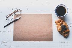 Concepto del trabajo creativo r Hoja en blanco del arte de la maqueta del papel vacío, pluma, vidrios del ojo Fotos de archivo