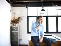 Concepto del trabajo de Phone Boss Calling del hombre de negocios imagenes de archivo