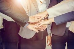 Concepto del trabajo en equipo del éxito, hombres de negocios que se unen a las manos imagen de archivo