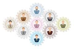 Concepto del trabajo en equipo: Hombre de negocios que trabaja junto, con los engranajes del colourfull Imágenes de archivo libres de regalías