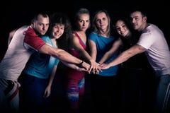 Concepto del trabajo en equipo Motivación del equipo del entrenamiento de la aptitud Grupo de adultos sanos atléticos en el gimna Foto de archivo